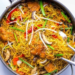 chicken chow mein noodles with vegetables, bean sprouts, peppers in a pan